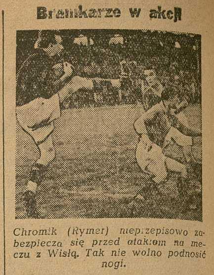 Archiwalny wycinek prasowy. Na zdjęciu: bramkarz Rymera (Chromik) nieprzepisowo wysoko podnosi nogę przed atakiem piłkarzy Wisły Kraków.