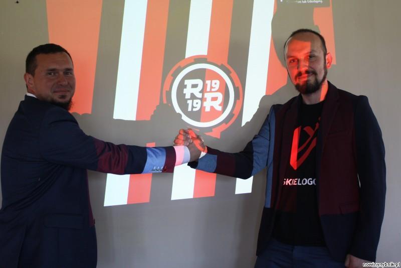 od lewej: Mirosław Górka - prezes KS Rymer, Jakub Malicki - autor nowego logo KS Rymer.