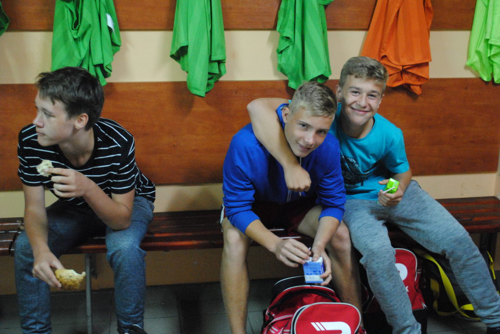 Młodzi piłkarze Rymera w klubowej szatni