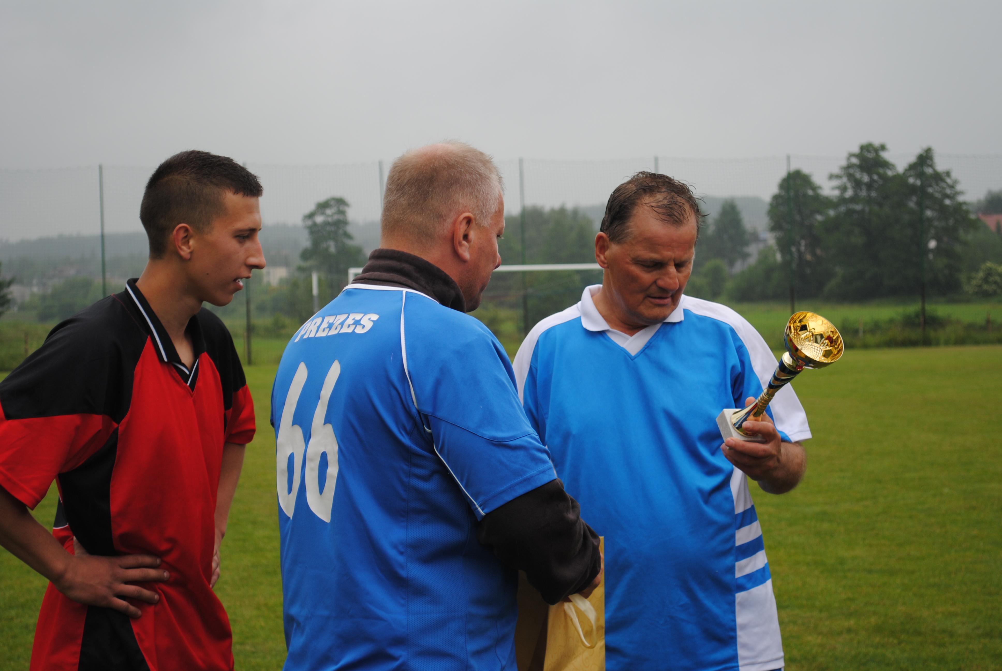 Przekazanie pucharu Rady Dzielnicy Niedobczyce wygrane drużynie Oldboy'ów. Przekazuje Roman Niestroj.