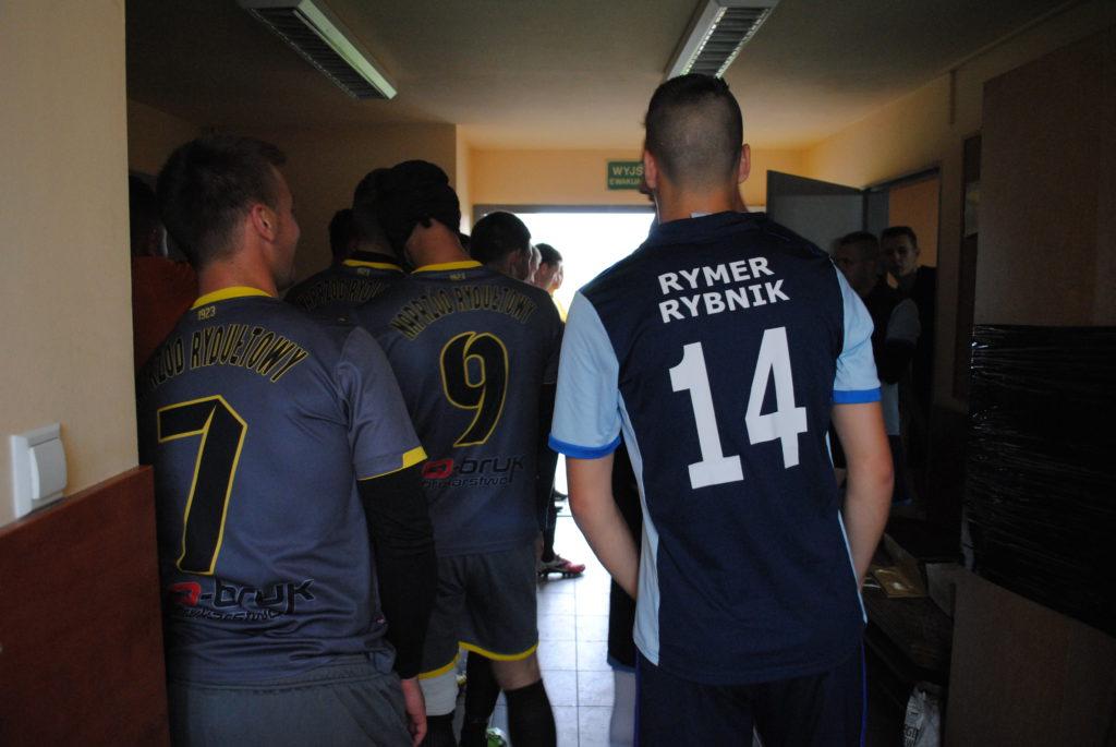 Piłkarze Rymera i Naprzodu Rydtułtowy przed wybiegnięciem na murawę