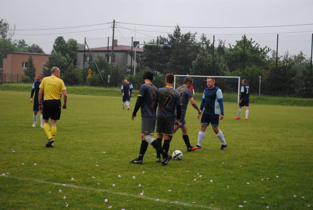Piłkarze Rymera i Naprzodu Rydtułtowy na murawie