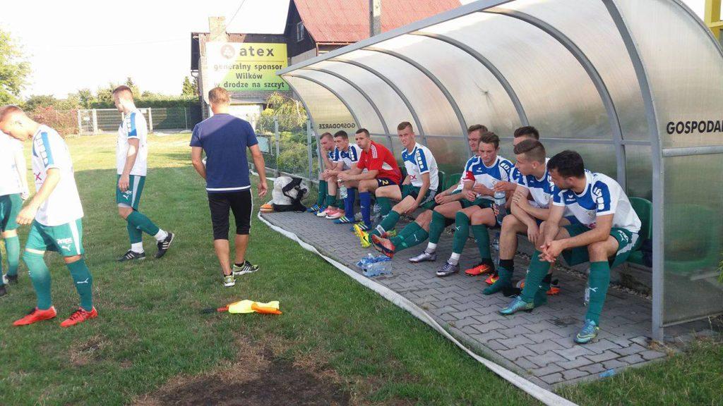 Piłkarze Wilków Wilcza w czasie przerwy meczu z Rymerem