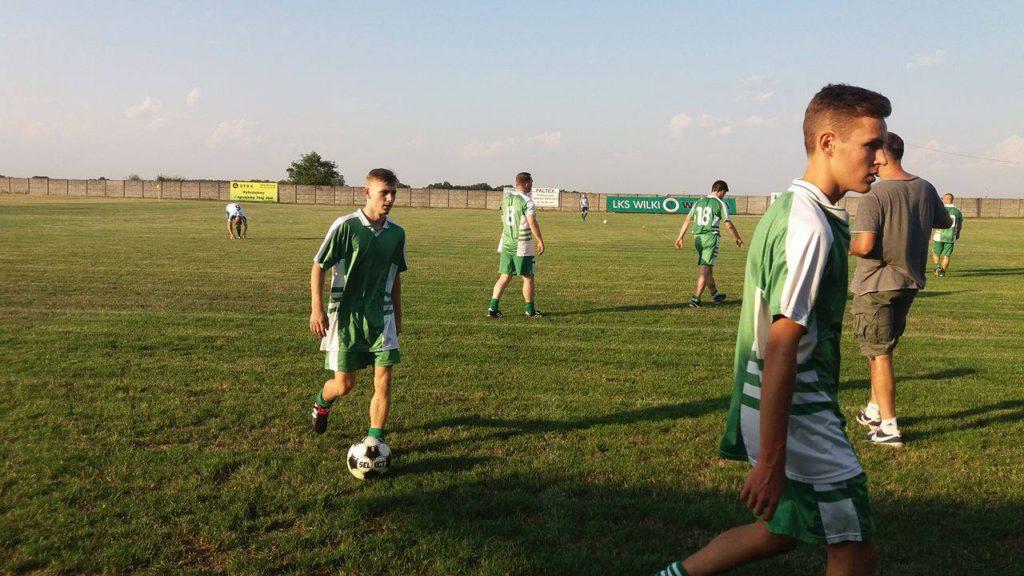 Piłkarze Rymera w czasie przerwy meczu z Wilkami Wilcza