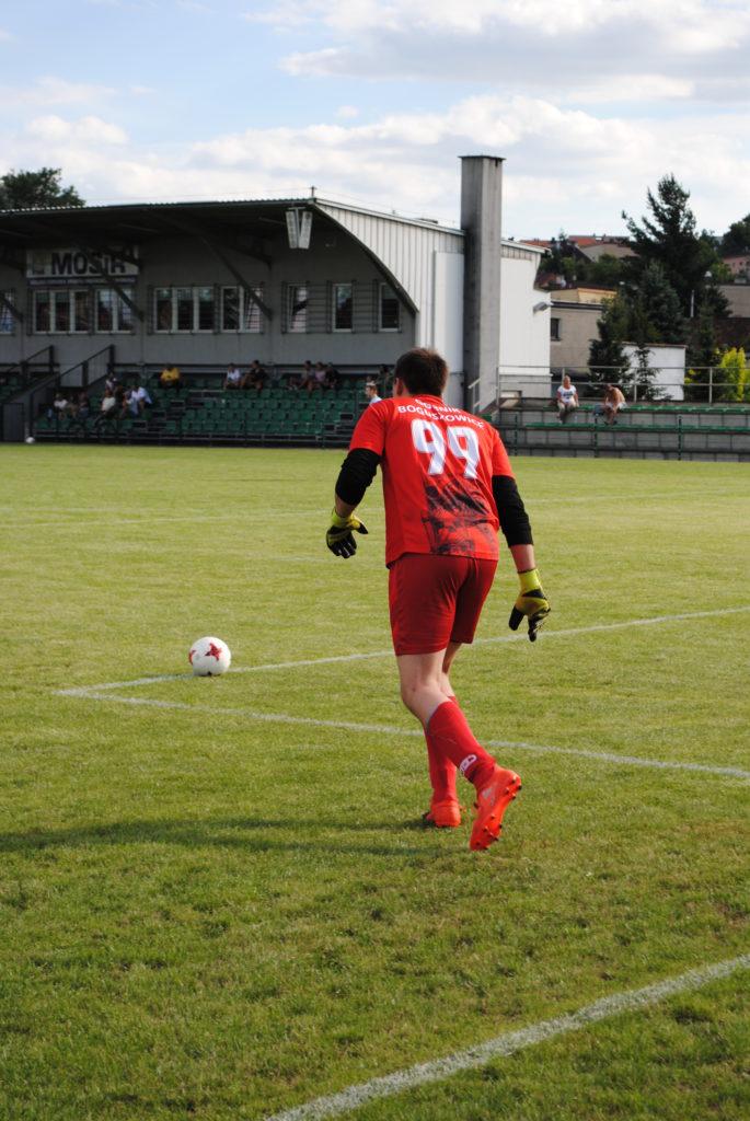 bramkarz Górnika Boguszowice wybija piłkę