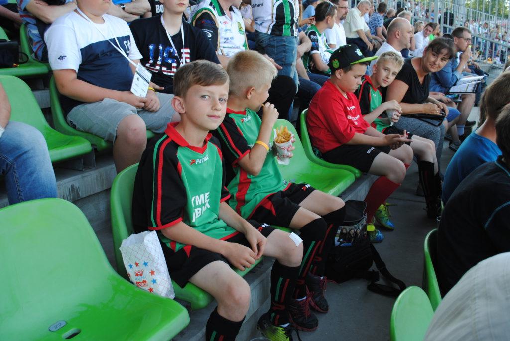Chłopcy z Rymera na trybunach stadionu ROWu