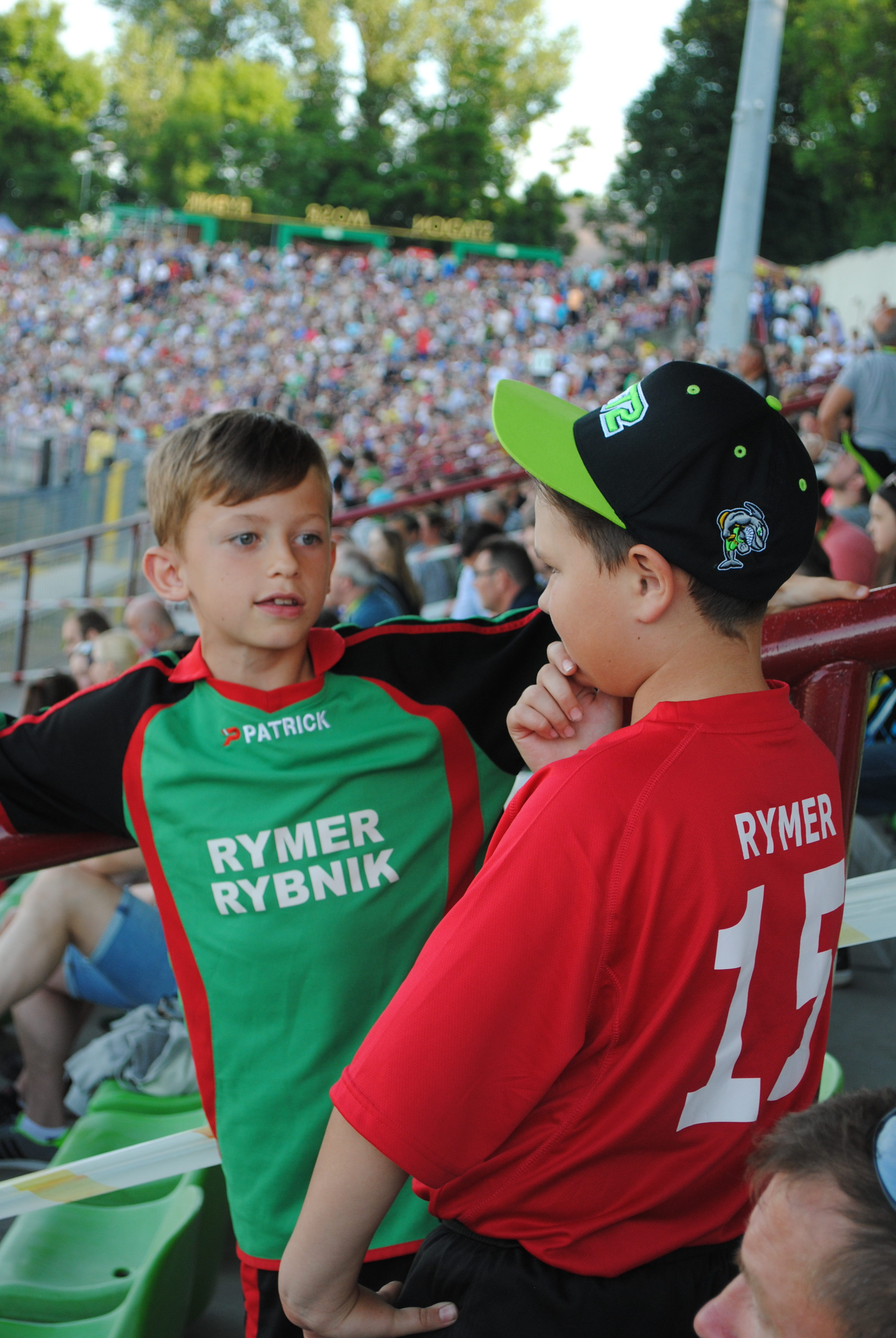 Chłopcy z Rymera na trybunie ROWu Rybnik