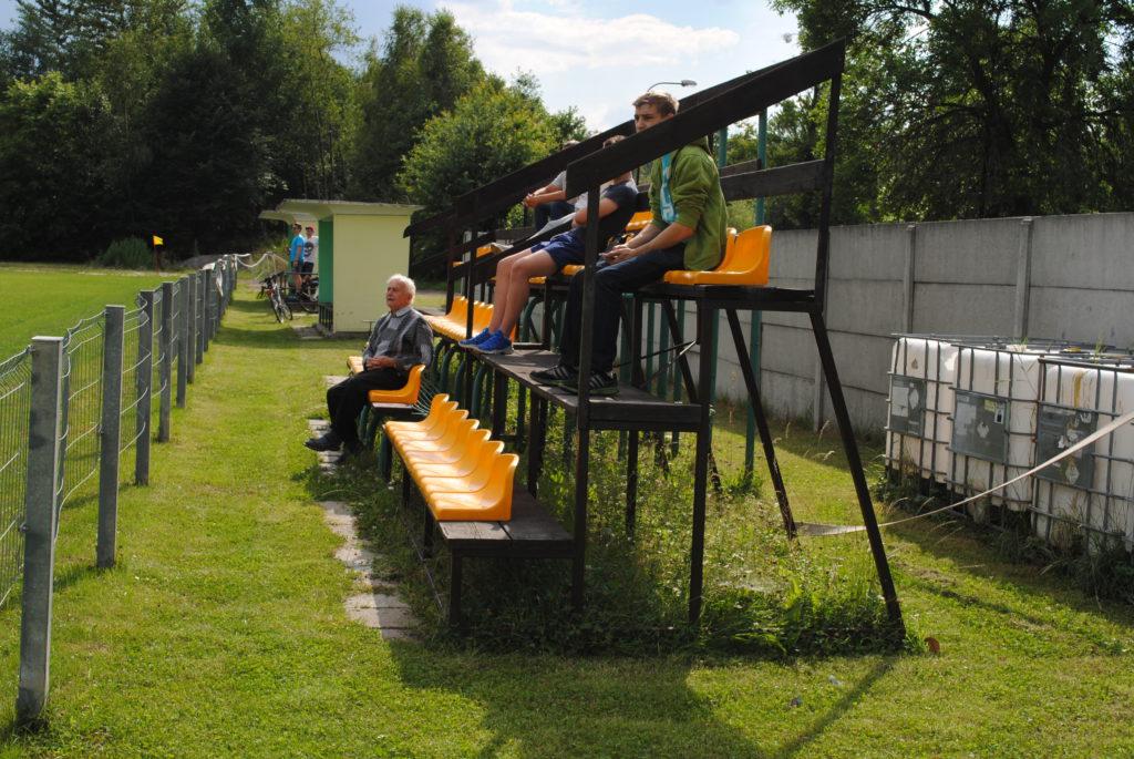 Miejsca siedząc dla kibiców na boisku TKKF Zuch Orzepowice