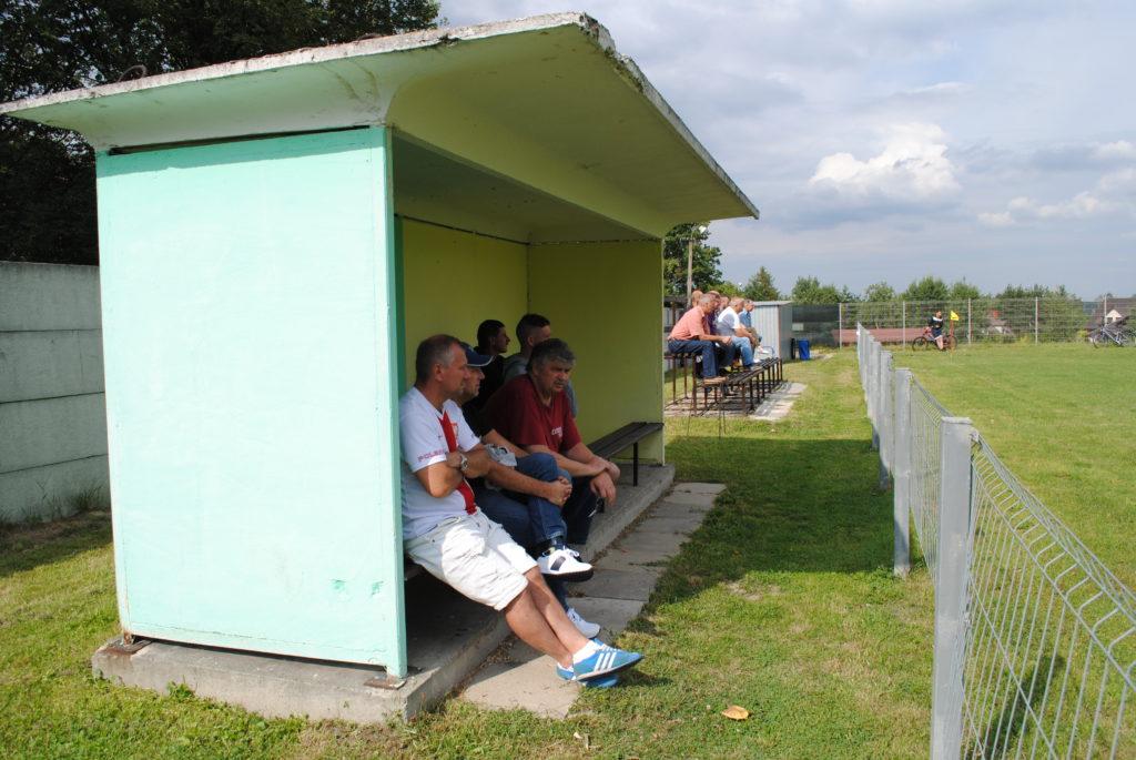 Miejsca siedzące dla kibiców na boisku TKKF Zuch Orzepowice