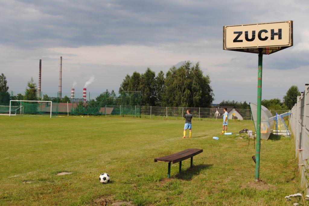 Boisko TKKF Zuch Orzepowice. W tle kominy elektrowni Rybnik