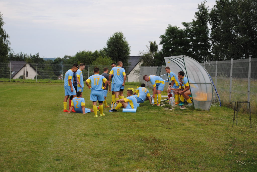 Piłkarze TKKF Zuch Orzepowice w trakcie przerwy meczu z Rymerem