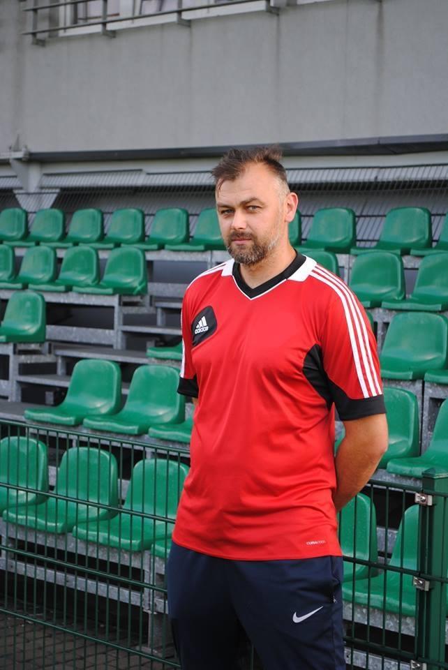 Michał Podolak - trener Rymera. W tle krzesełka na trybunie krytej klubu z Niedobczyc