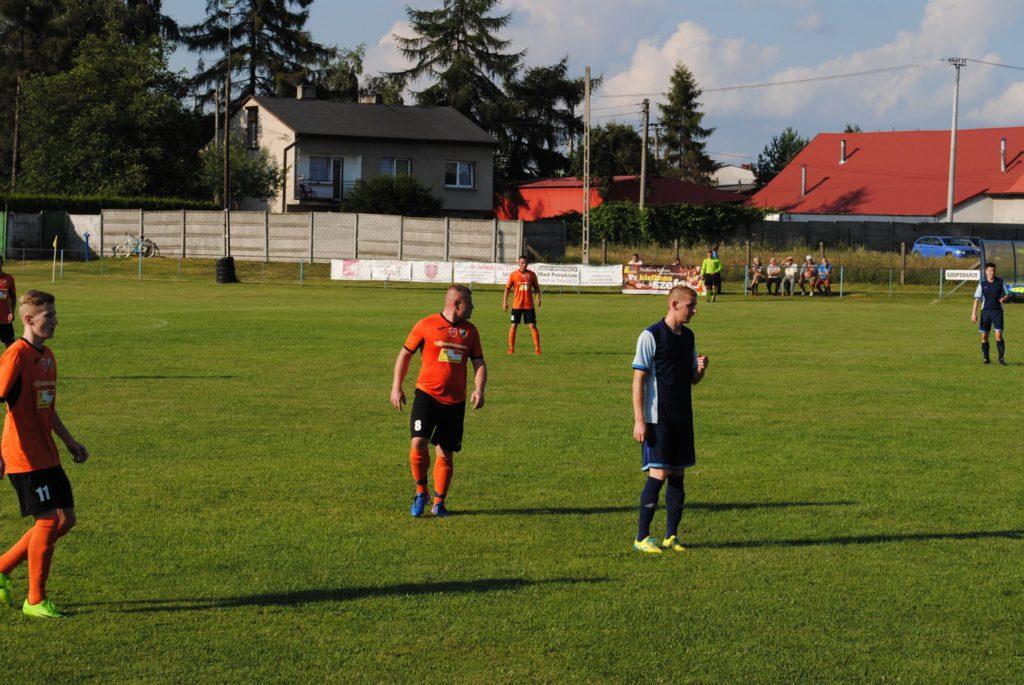 piłkarze Silesii Lubomia i KS Rymer na murawie