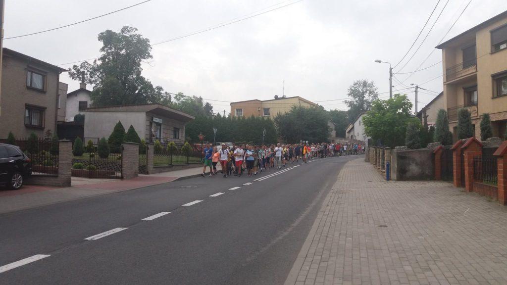 Pielgrzymi Parafii Najświętszego Serca Pana Jezusa w Rogowie wychodzą ze stadionu Rymera