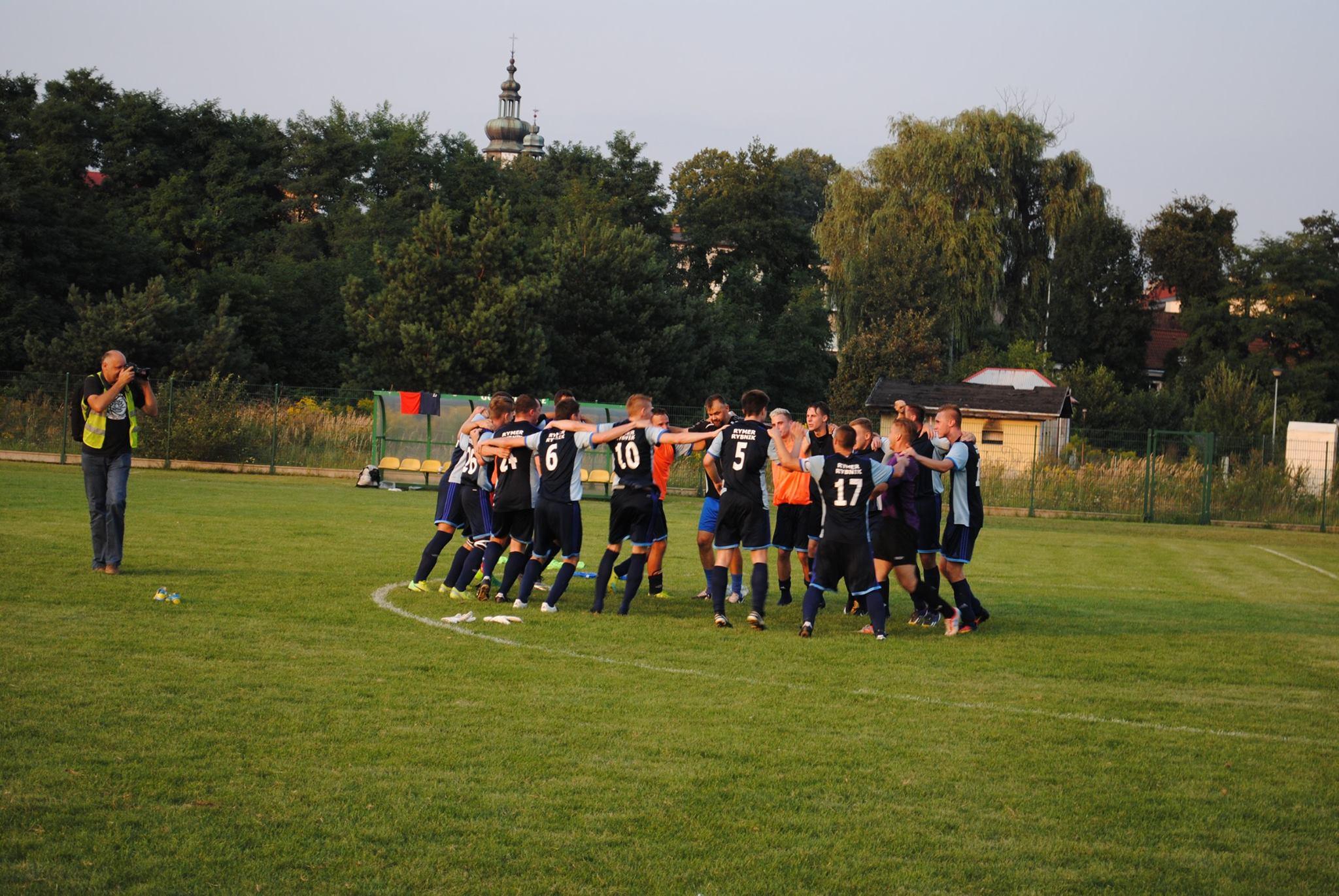 piłkarze Rymera cieszą się na murawie