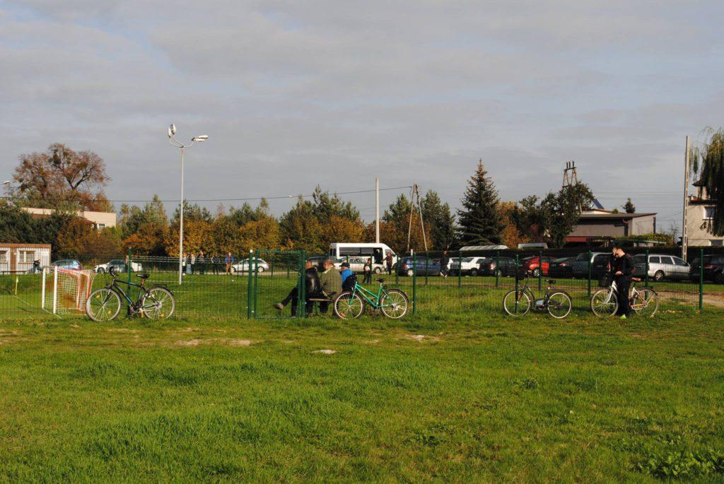 rowery oparte o płot boiska LKS Raszczyce