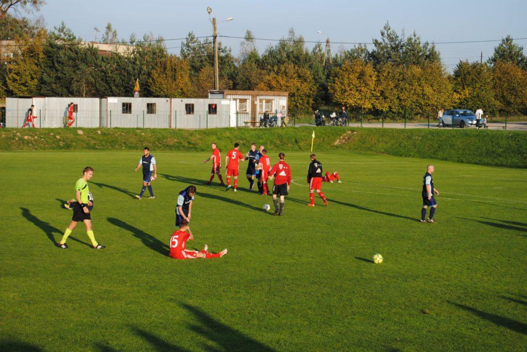 piłkarze KS Rymer i LKS Raszczyce na murawie