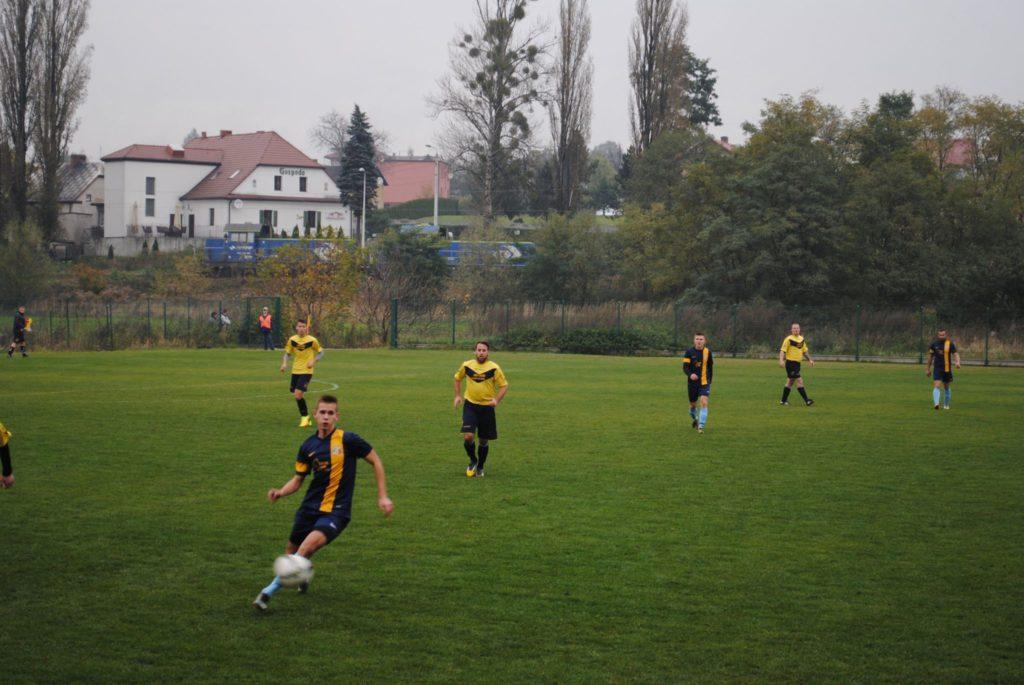 piłkarze KS Rymer i Tęczy Wielowieś na murawie