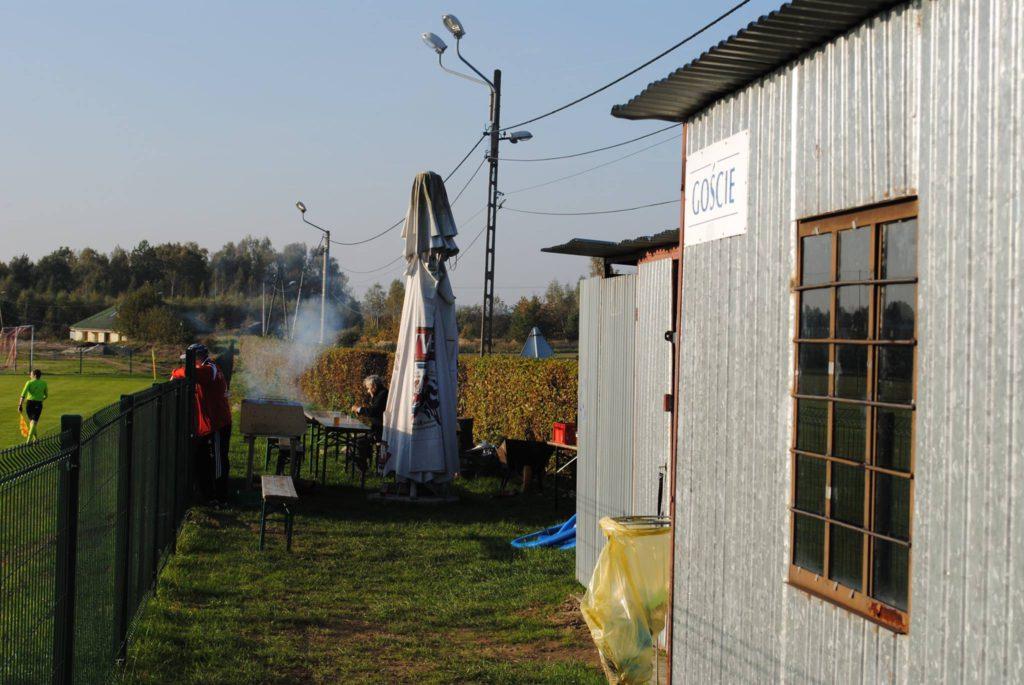 budynek klubowy LKS Raszczyce. W tle rozpalony grill