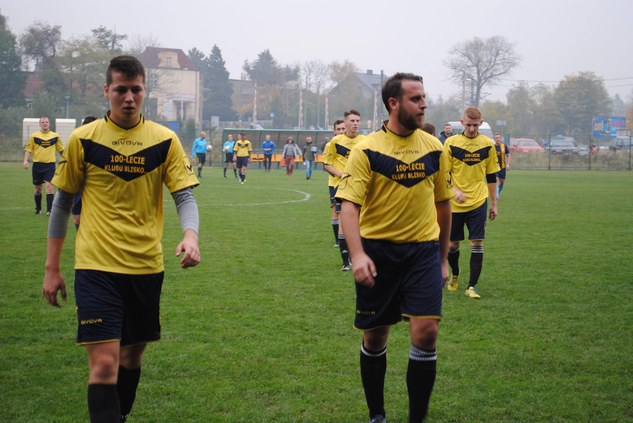 piłkarze KS Rymer schodzą z boiska