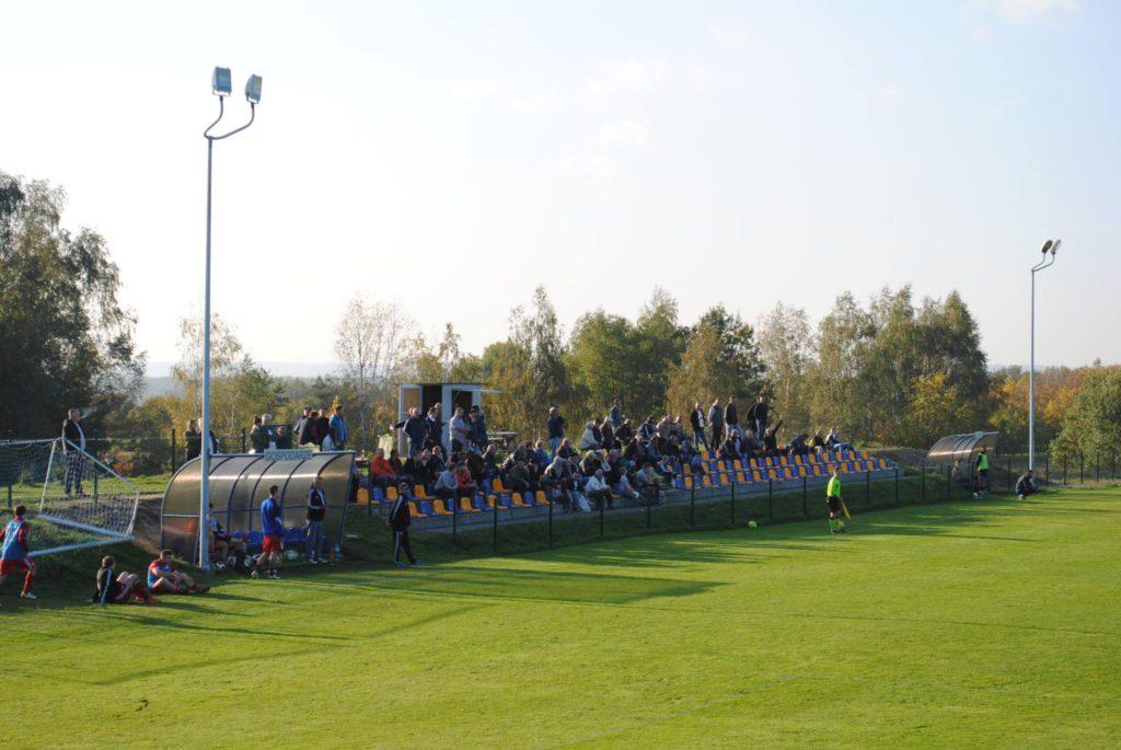 kibice na boisku LKS Raszczyce