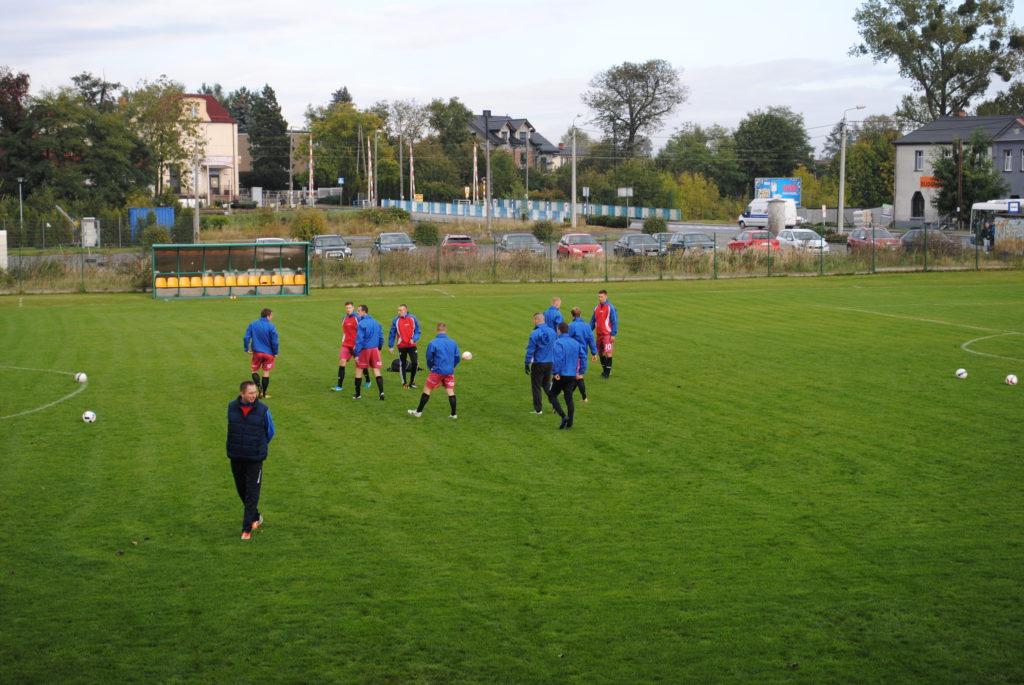 piłkarze Unii Książenice na boisku Rymera