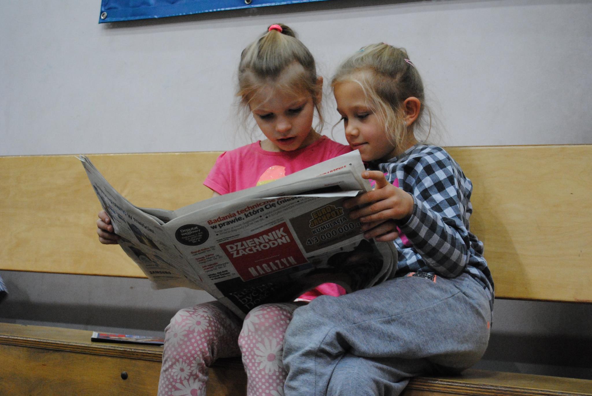 """dziewczynki czytają """"Dziennik Zachodni"""""""
