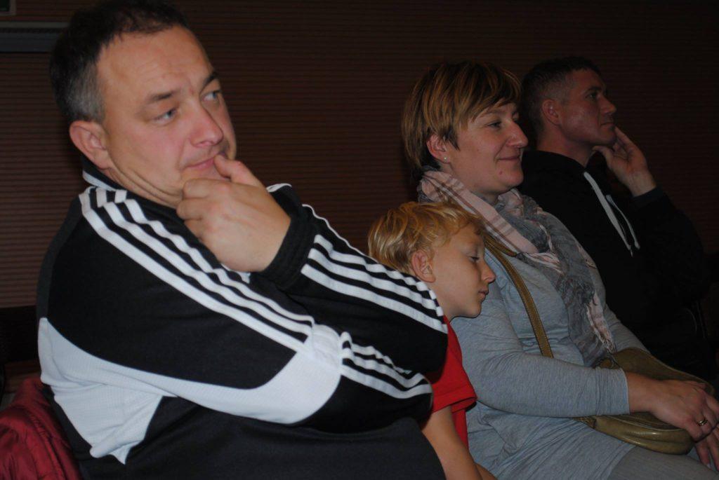 kibice przysłuchują się rozmowie (na pierwszym planie trener młodszej grupy Rymera - Zbigniew Skowron)