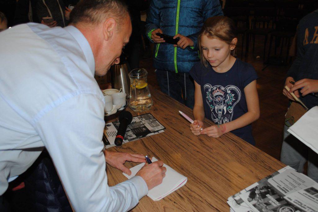 Jacek Trzeciak rozdaje autografy
