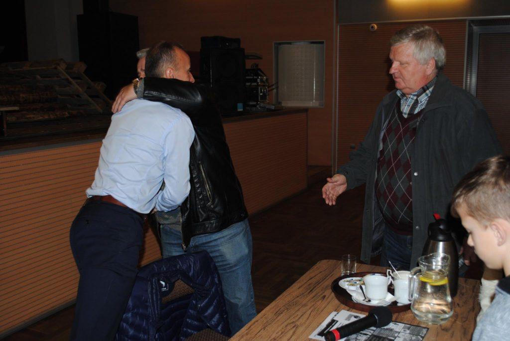 Jacek Trzeciak żegna się z byłym wiceprezesem Rymera (przed 2003 rokiem) - Bernardem Bombikiem