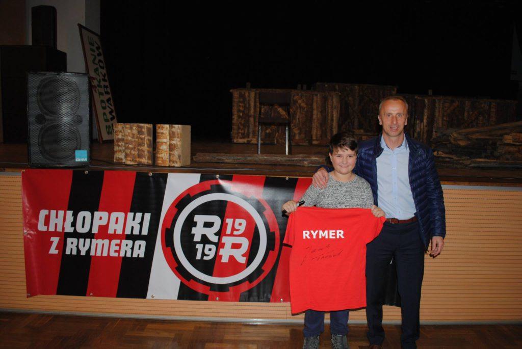 Jacek Trzeciak z kibicem, który trzyma koszulkę Rymera