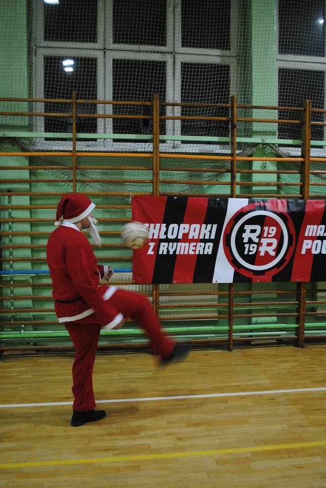 Mikołaj żongluje piłką