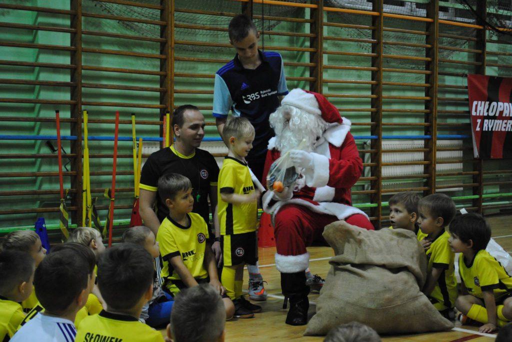 Mikołaj rozdaje prezenty dzieciom