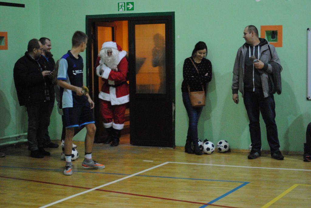 Mikołaj wchodzi na salę gimnastyczną