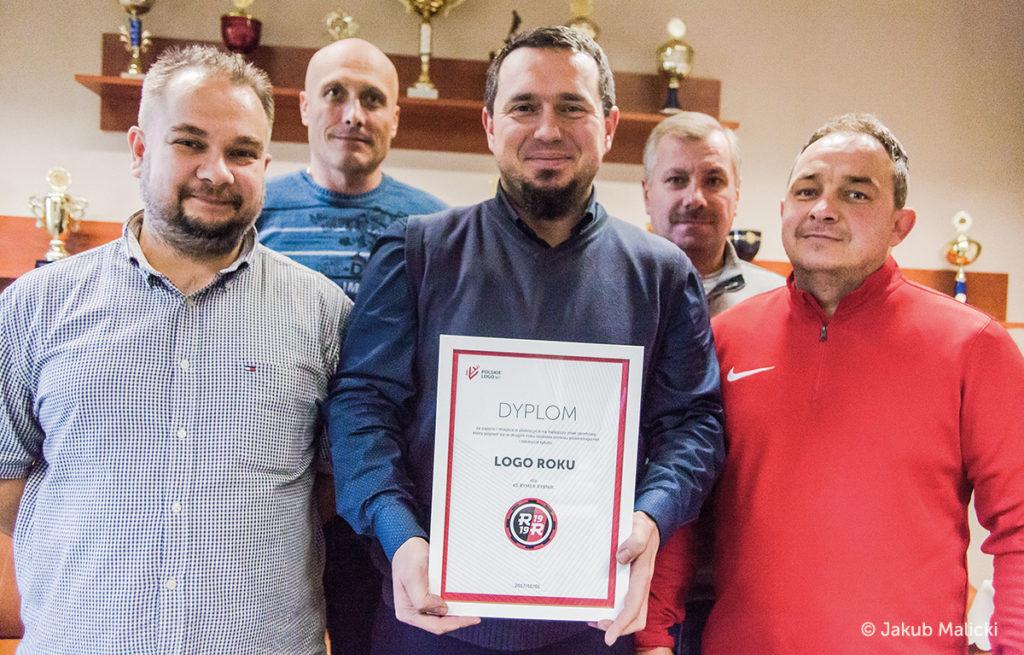Zarząd KS Rymer z dyplomem za logo Roku