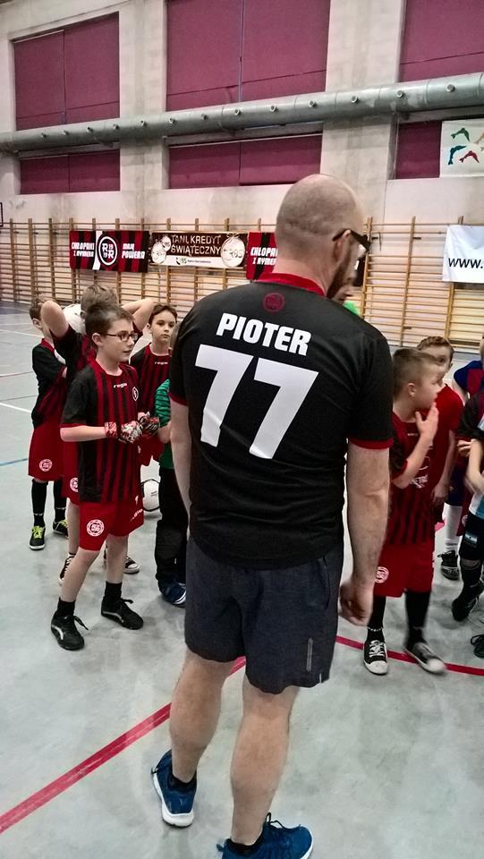 Piotr Masłowski - zastępca Prezydenta Miasta Rybnika. Na plecach napis: Pioter i numer 77