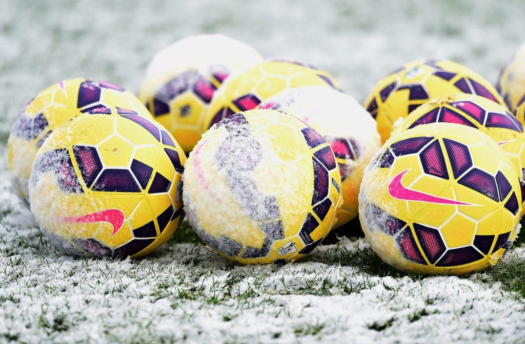 Żółte piłki w śniegu