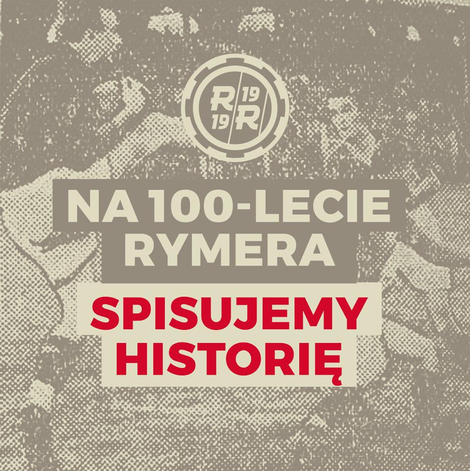 logo Rymera, w tle piłkarze