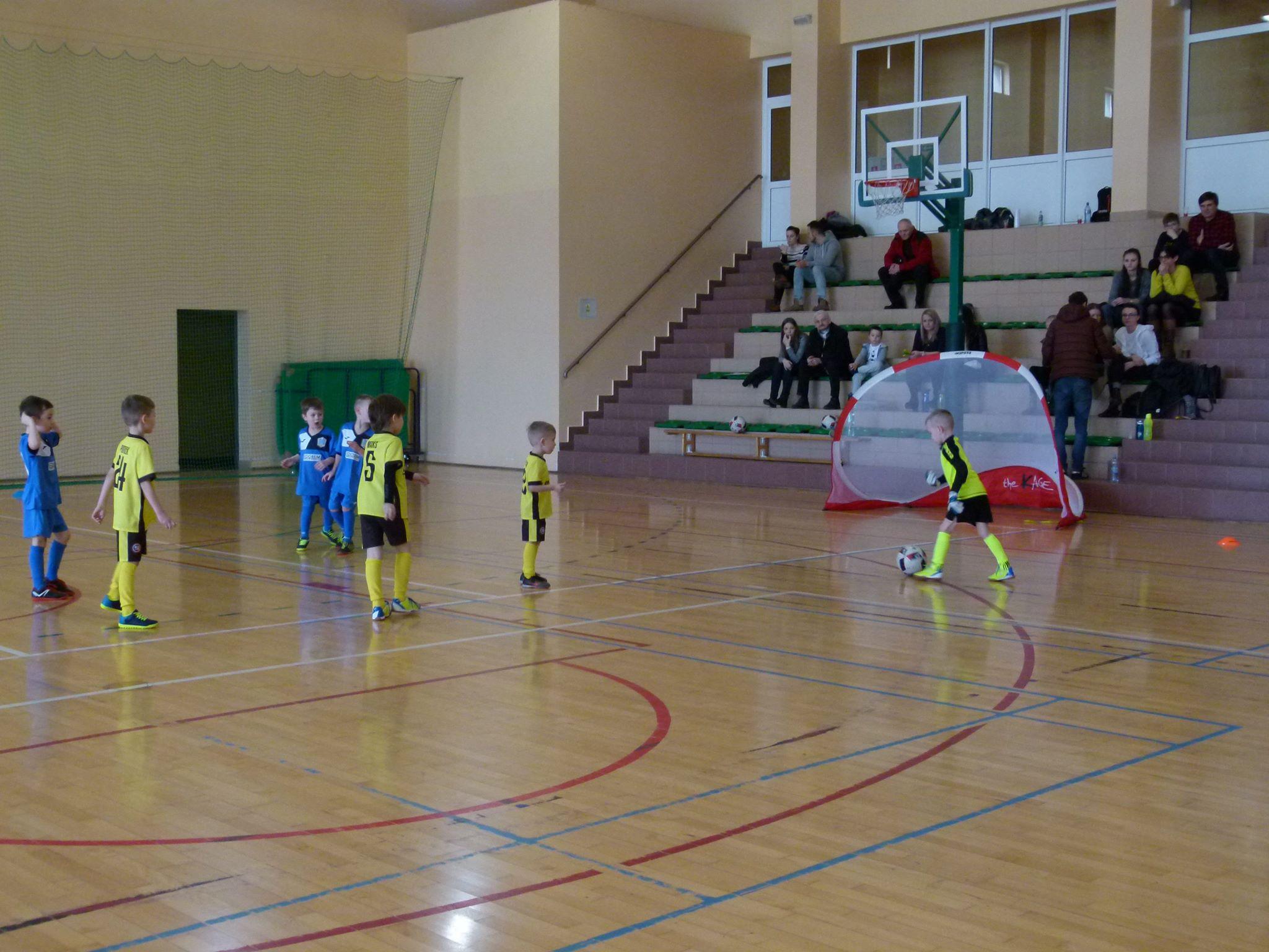 Piłkarskie Przedszkole Rymera na hali rozgrywa mecz