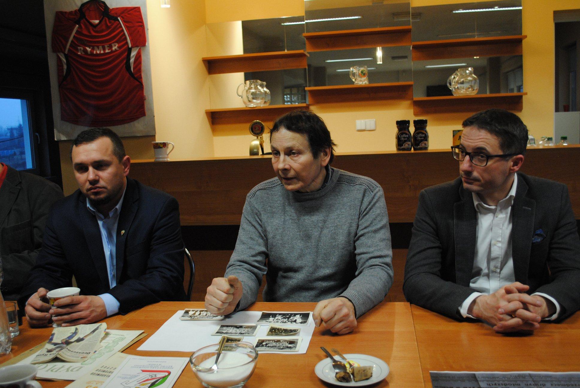 Spotkanie w sprawie monografi. Od lewej: Mirosław Górka (Prezes KS Rymer), Henryk Rojek (autor planowanej książki), Piotr Kuczera (Prezydent Miasta Rybnik)