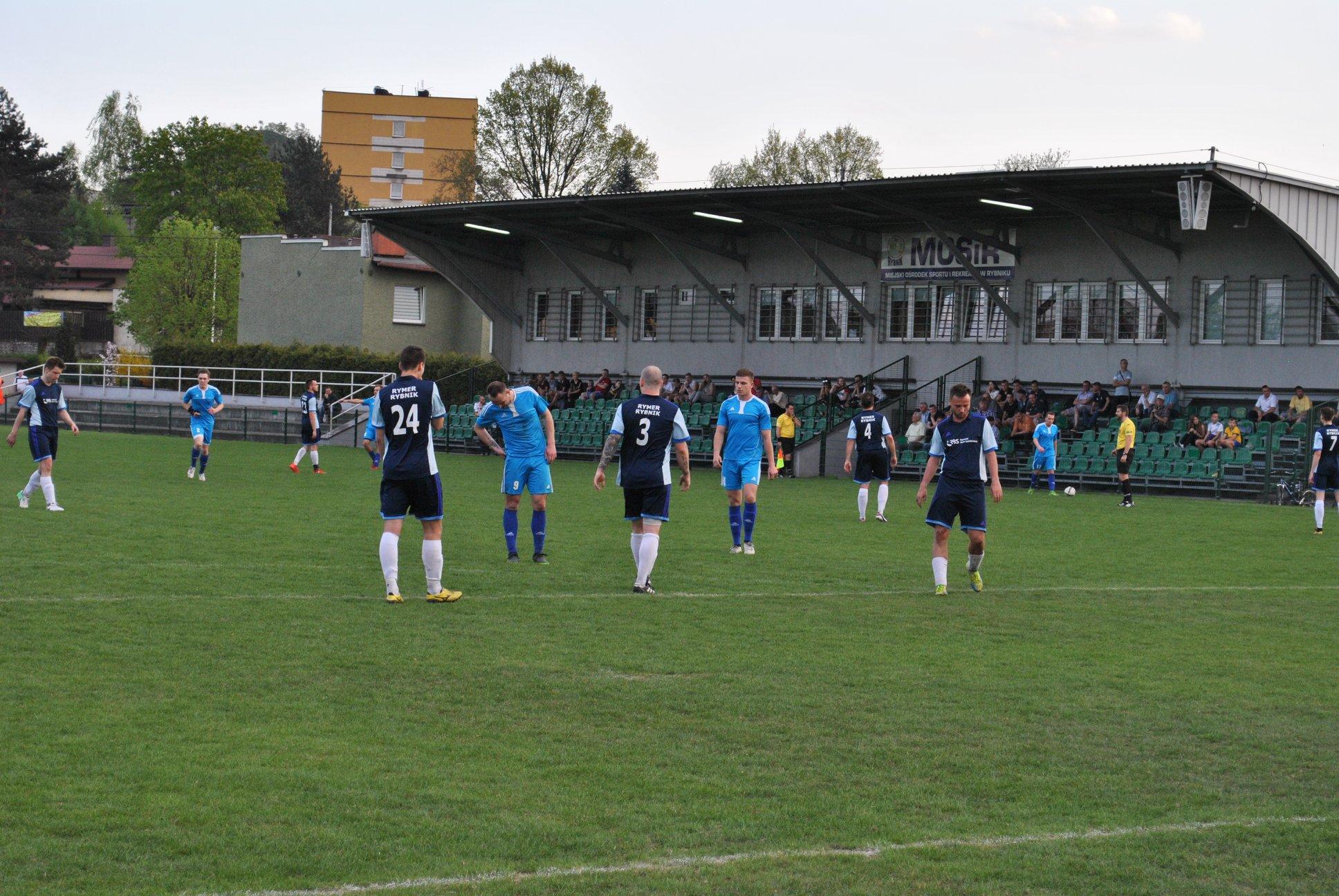 piłkarze Rymera i Dramy na murawie