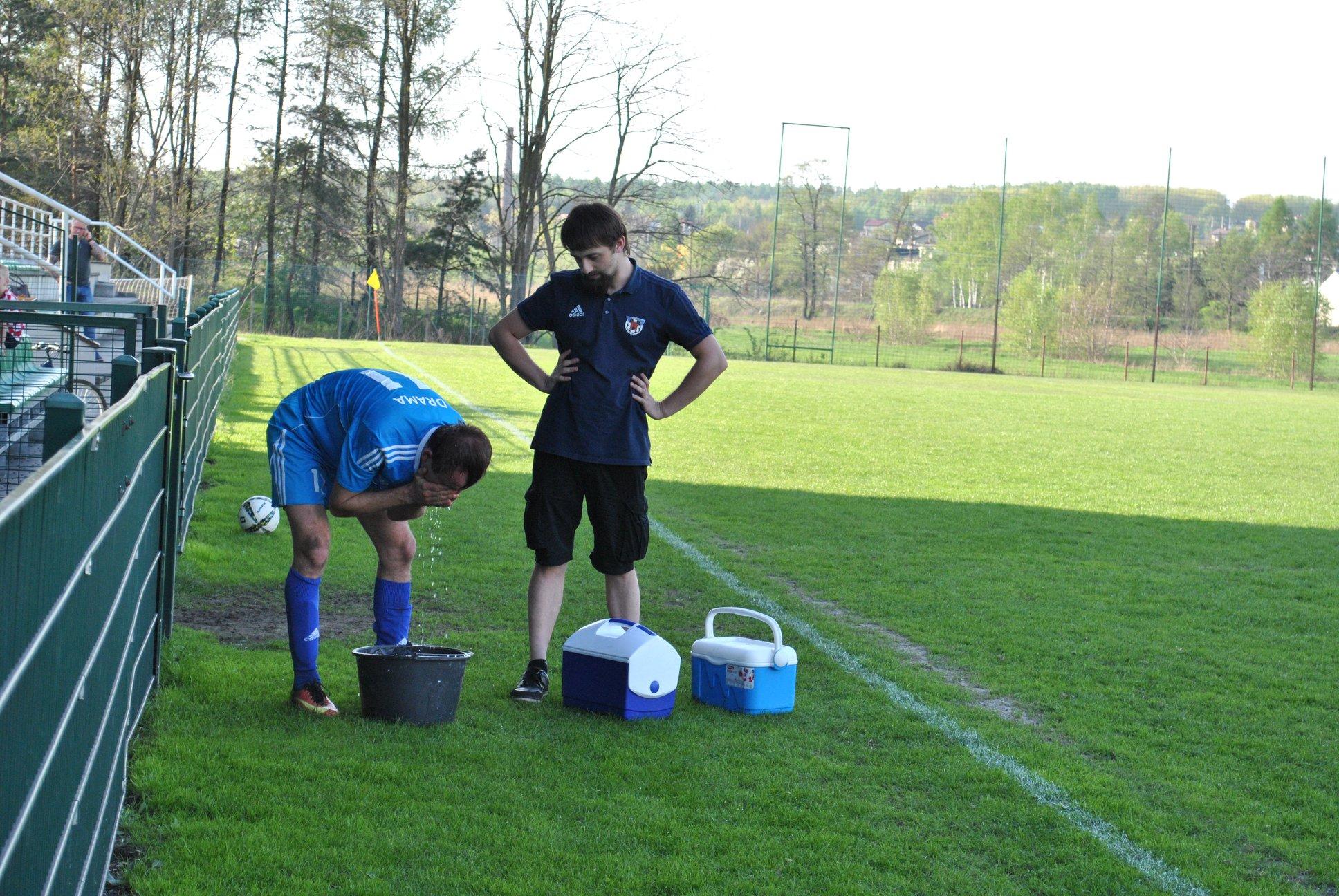 piłkarz Dramy chłodzi się wodą