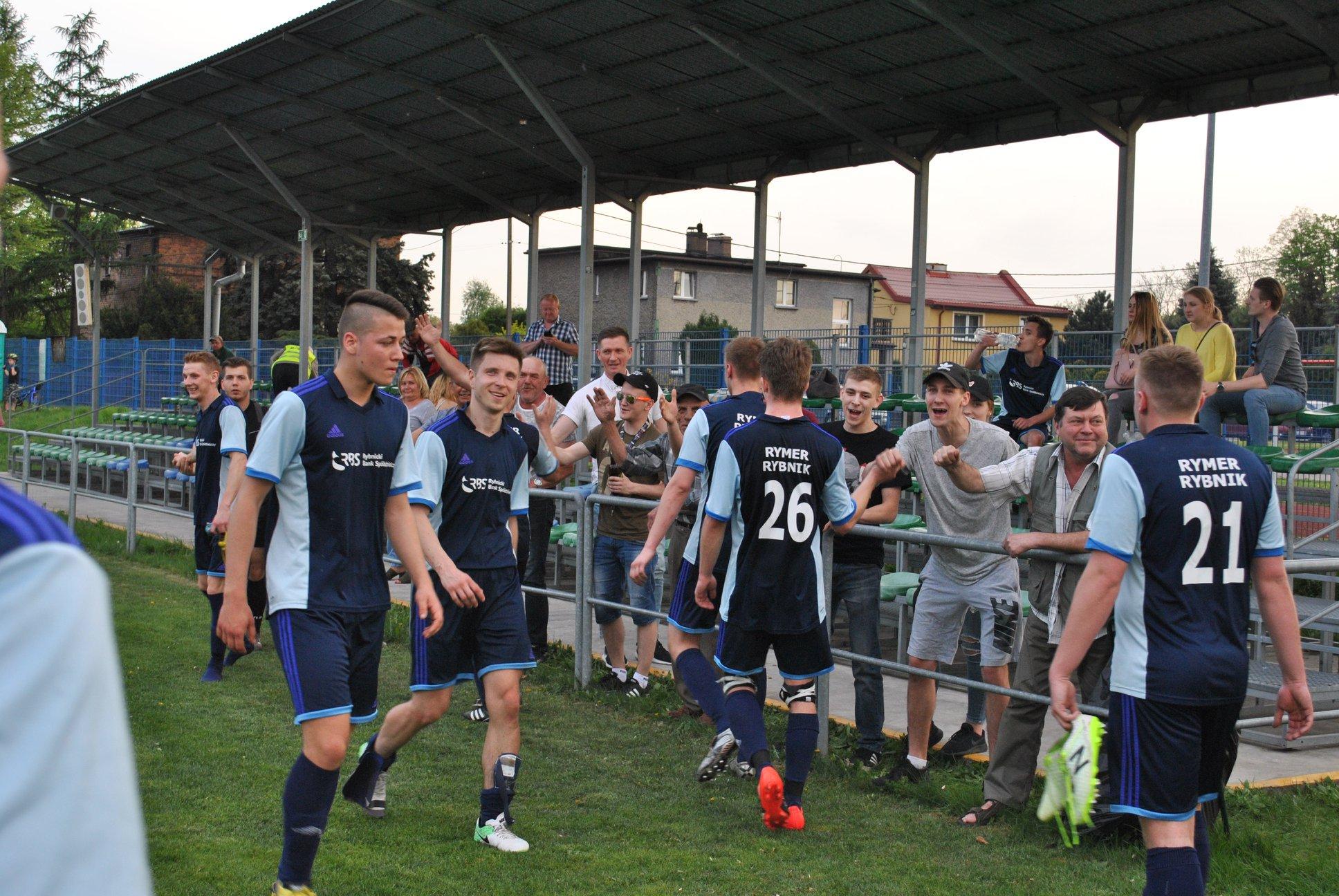 świętowanie zwycięstwa przez zawodników i kibiców Rymera