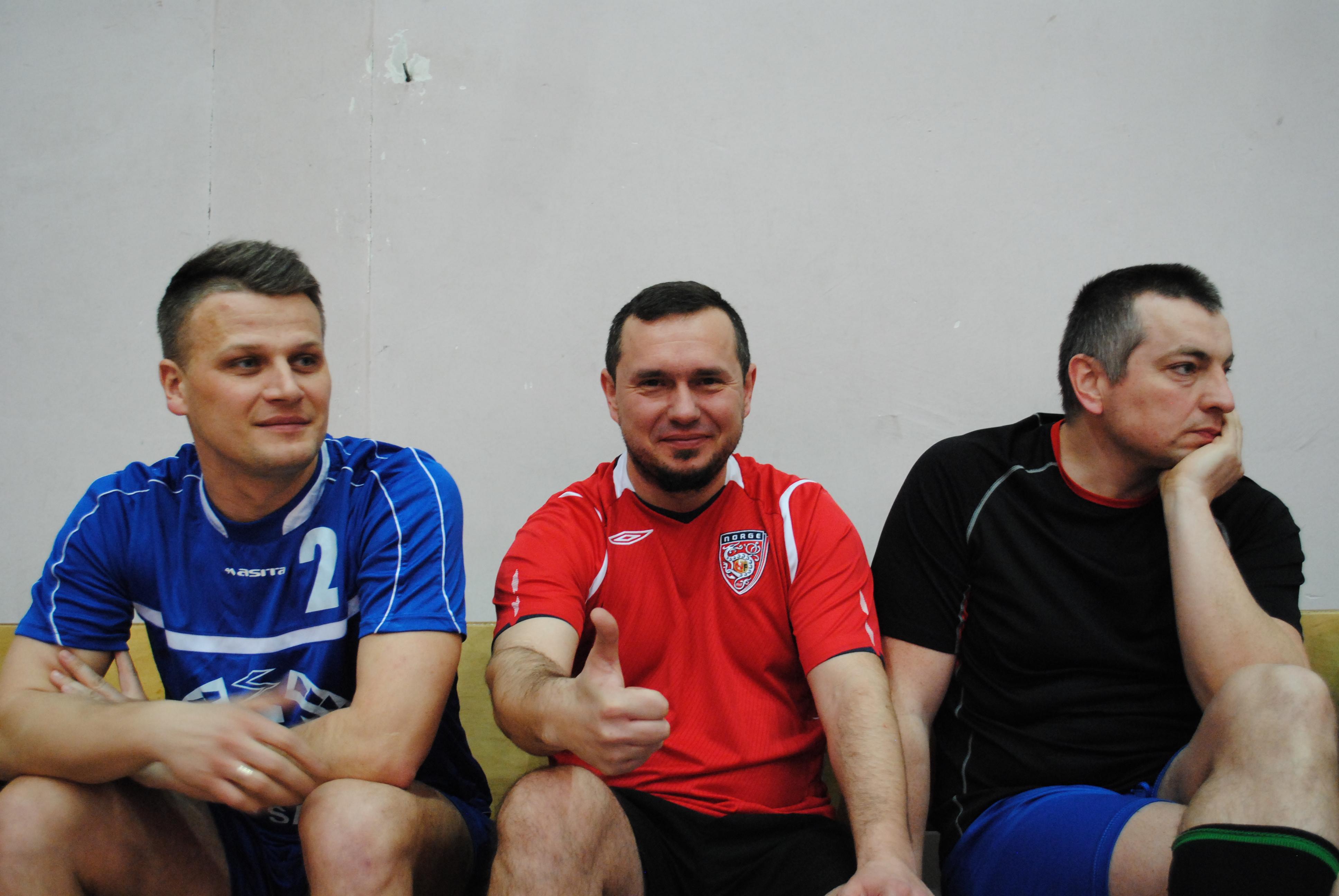 zawodnicy na trybunach (w środku Prezes Mirosław Górka)