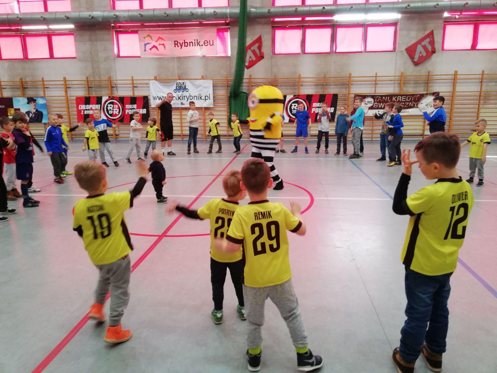 dzieci bawią się z Minonkiem