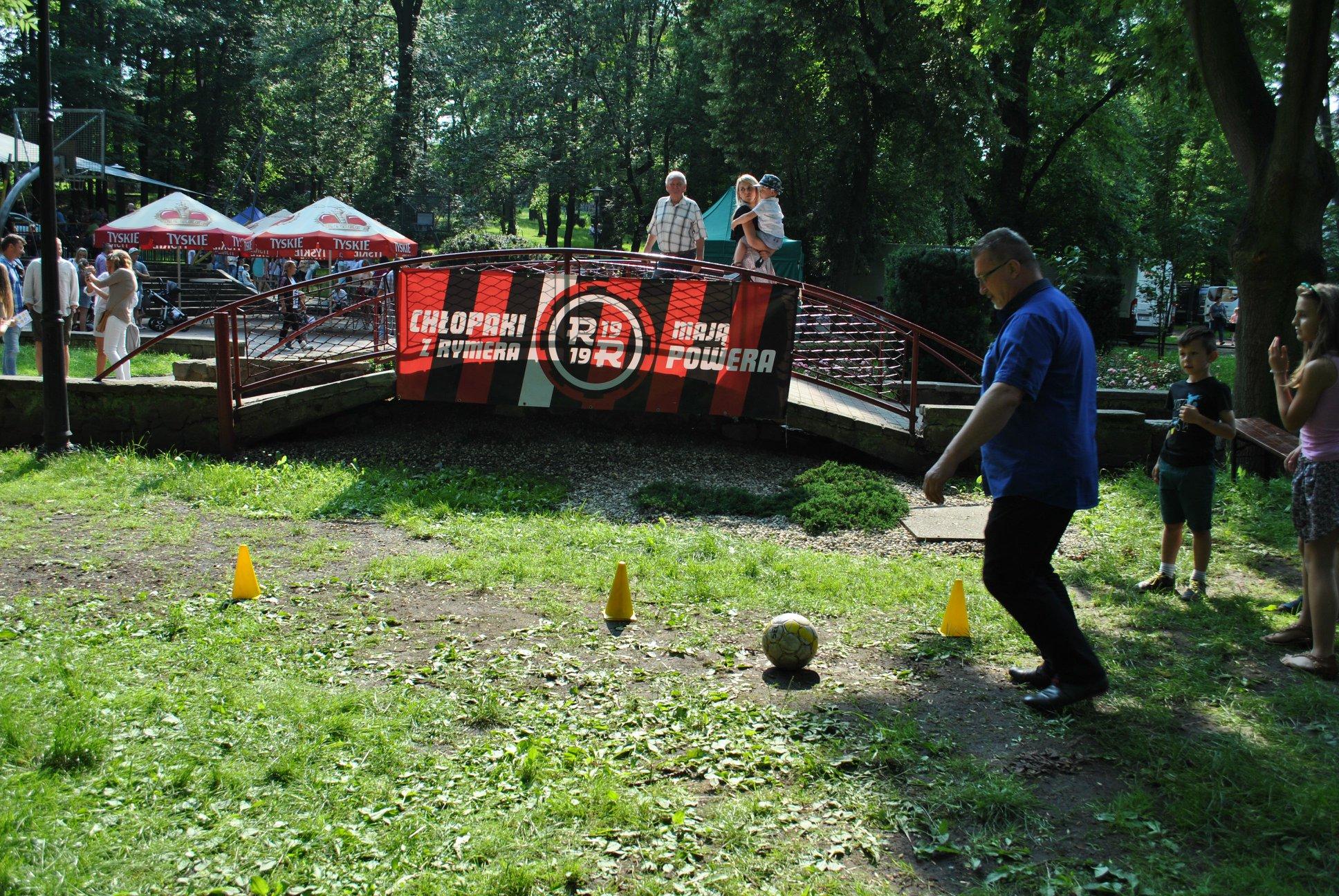 Marian Wolny Dyrektor Domu Kultury próbuje swoich sił w konkurencji celność strzałów