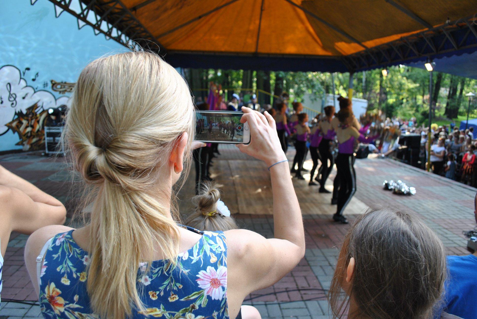 kobieta robi zdjęcie mażoretką na scenie