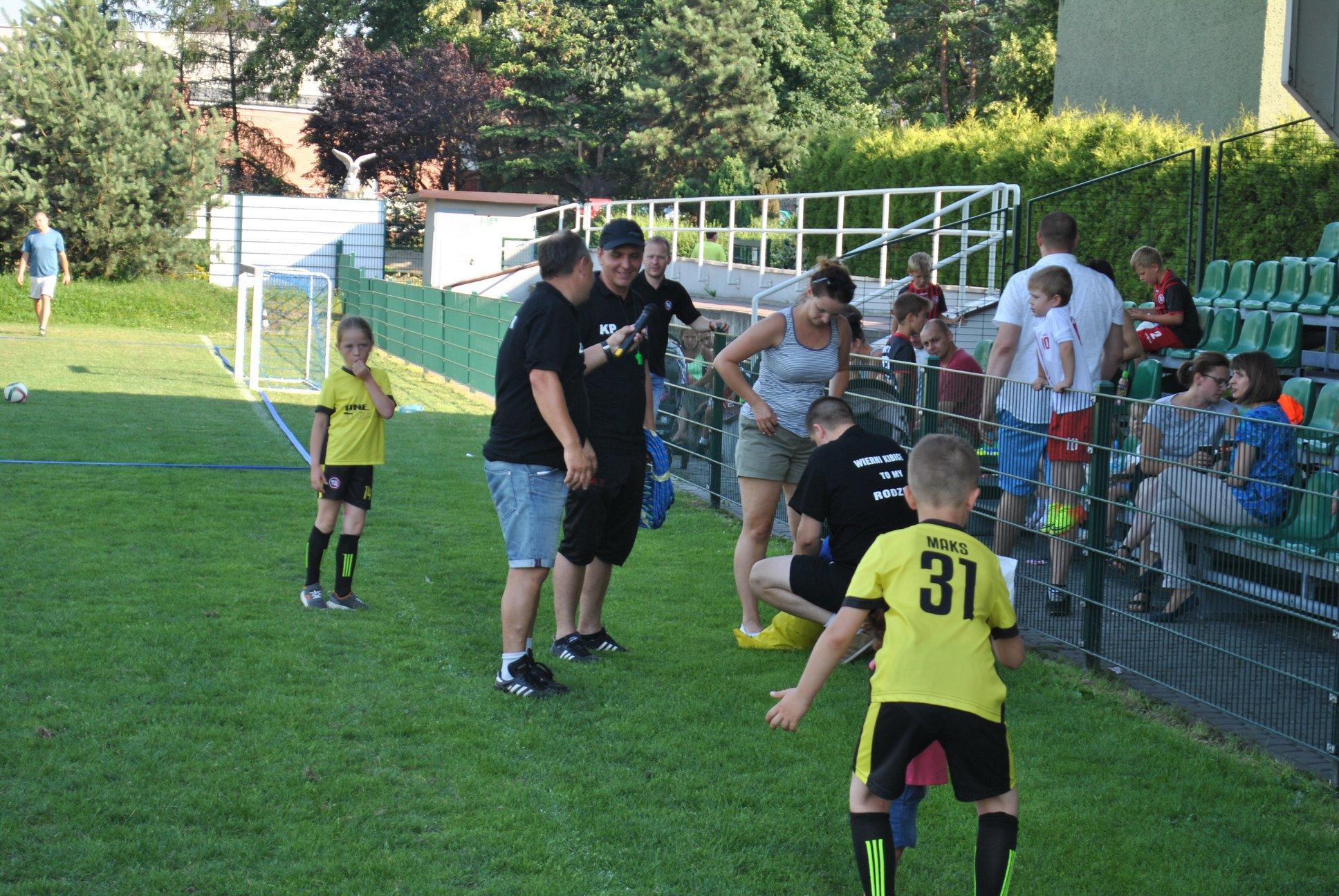 Trenerzy Sebastian Urbaś, Zbigniew Skowron i Kamil Pierchała zapraszają wszystkich zebranych do zabawy
