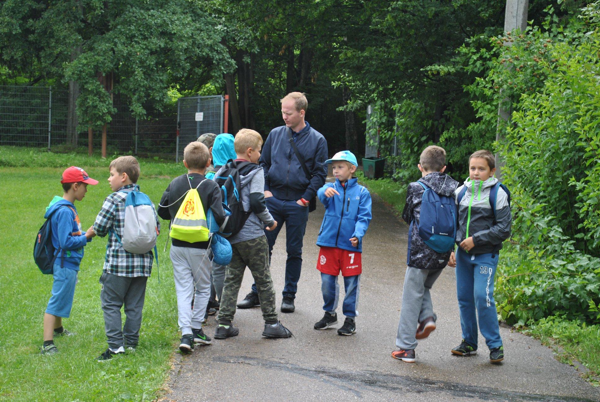 dzieci wraz z opiekunem - panem Sebastianem Urbasiem